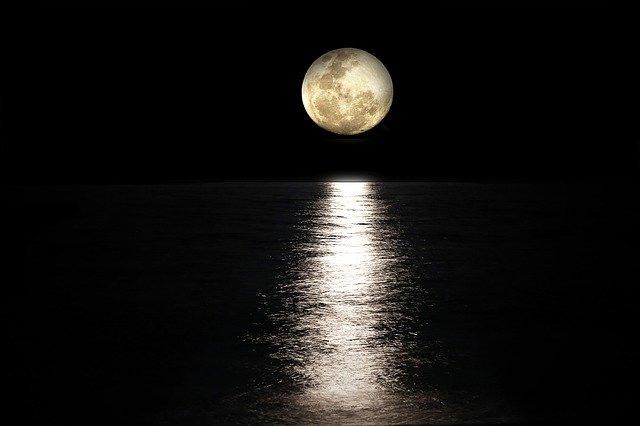 満月前の神々しい光と決断